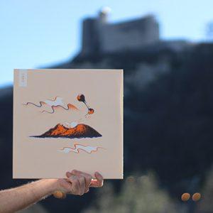Photographie du vinyle de l'EP Touché-Coulé de Zerolex avec la citadelle de la ville de Besançon en arrière plan
