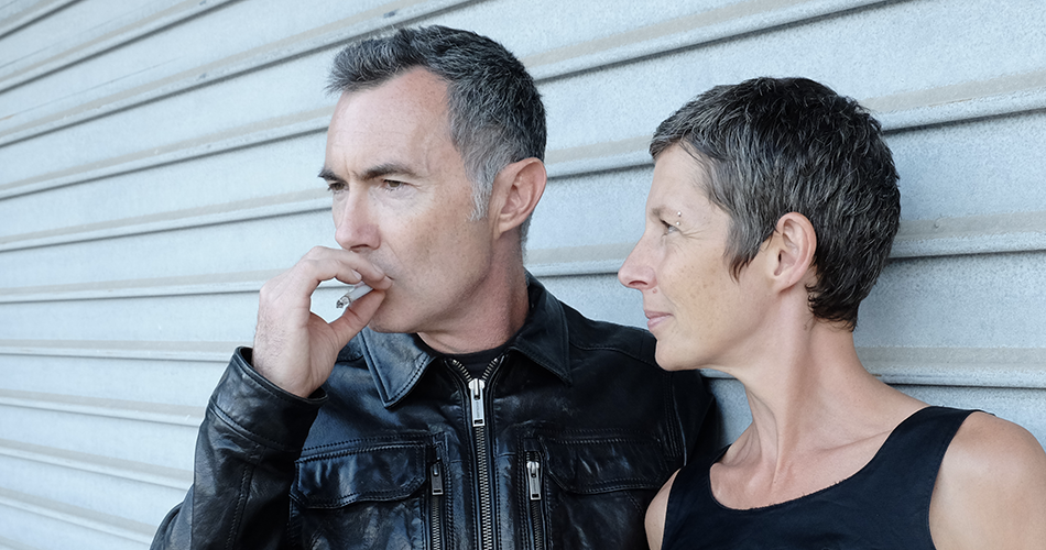 Usken composé de Yann et Isabelle, Yann fume une cigarette, Isa le regarde !